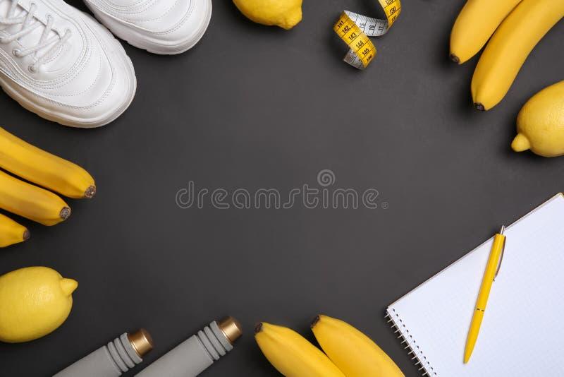 Vlak leg samenstelling met sportpunten, gezond voedsel, notitieboekje en ruimte voor tekst op zwarte achtergrond stock fotografie