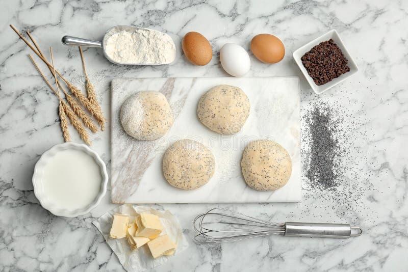 Vlak leg samenstelling met tarwedeeg en ingrediënten stock afbeelding