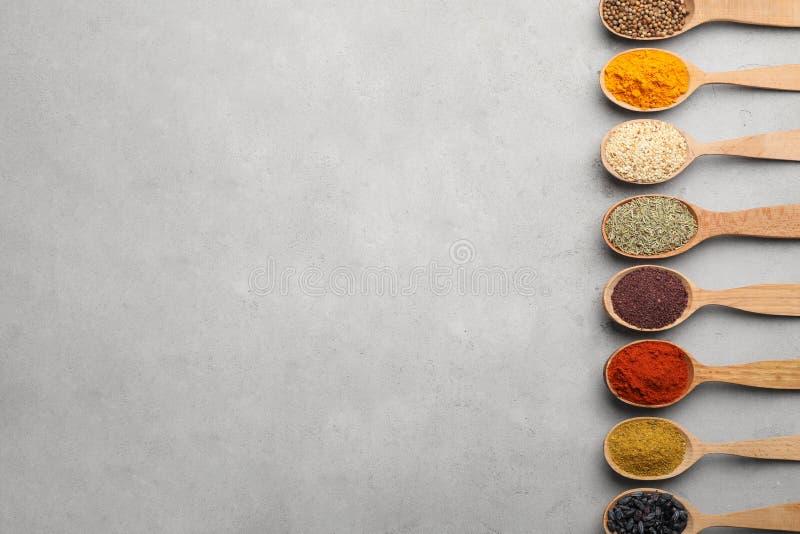 Vlak leg samenstelling met verschillende aromatische kruiden in houten lepels stock foto's