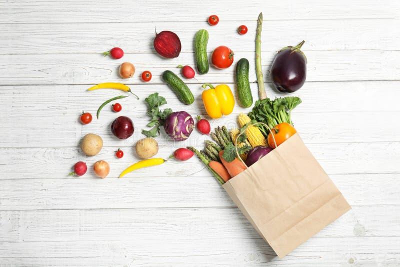 Vlak leg samenstelling met verse groenten stock foto