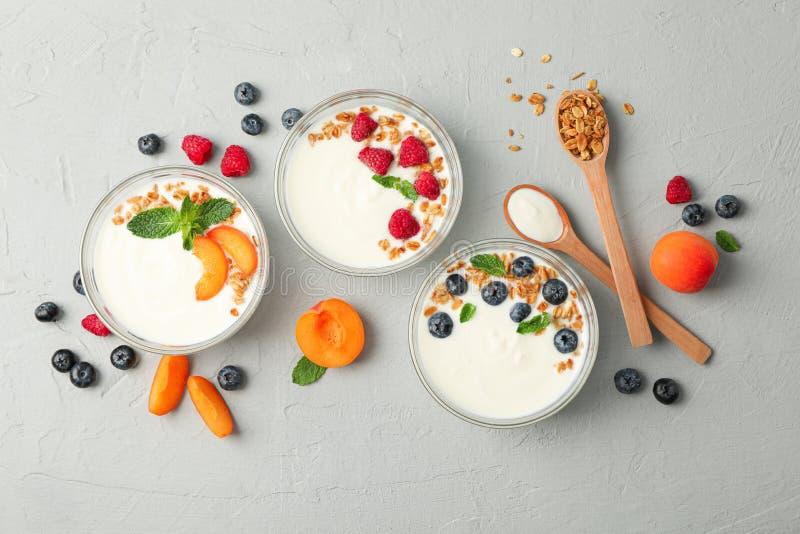Vlak leg samenstelling met yoghurtdesserts en vruchten royalty-vrije stock afbeeldingen
