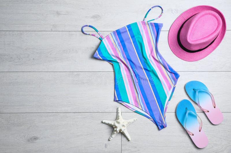 Vlak leg samenstelling met zwempak uit één stuk stock fotografie