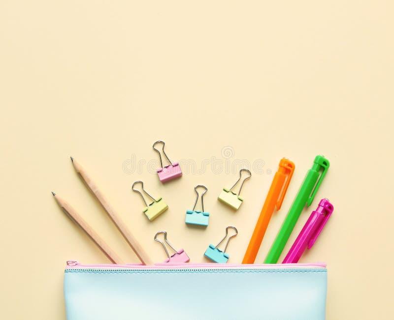 Vlak leg samenstelling van geval van het pastelkleur het blauwe potlood met pennen, potloden, document bindmiddelen Exemplaar rui stock foto's