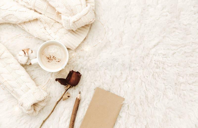 Vlak leg samenstelling voor blogger, comfortabel huis, hipster ochtend stock afbeelding