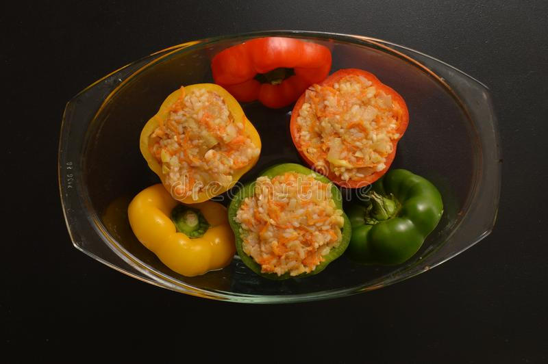 Vlak leg Sluit omhoog Het koken van een Bulgaars Traditioneel Diner Gevulde die groene paprika's in een transparante pan voor bak royalty-vrije stock afbeelding