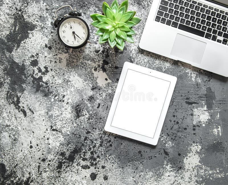 Vlak leg spot op Laptop van de Bureauwerkplaats succulente tabletklok royalty-vrije stock afbeelding