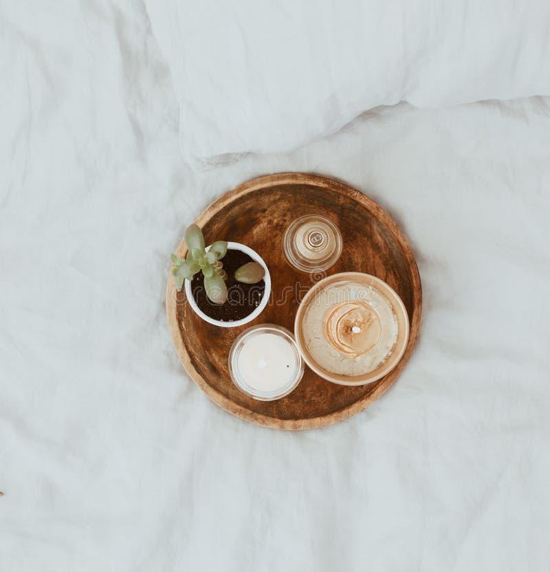Vlak leg Stillevensamenstelling met succulent en kaarsen op bed stock afbeeldingen