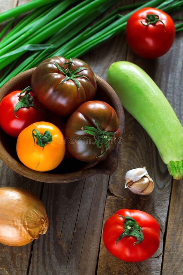 Vlak leg trillende groenten op houten raad in natuurlijk licht stock afbeeldingen