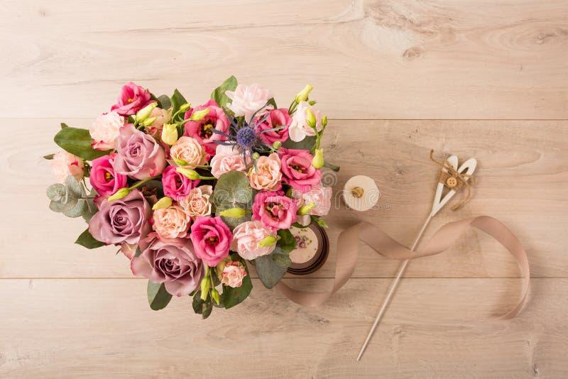 Vlak leg van bloemen en installaties stock foto's