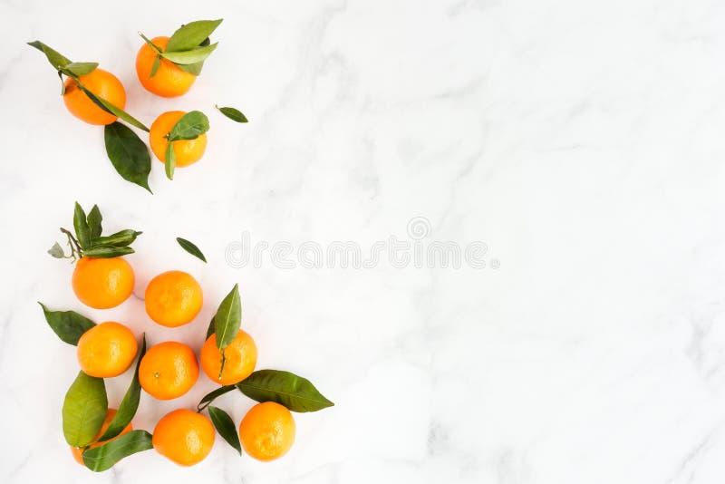 Vlak leg van Clementines op Witte Marmeren Achtergrond met Exemplaarruimte stock foto's