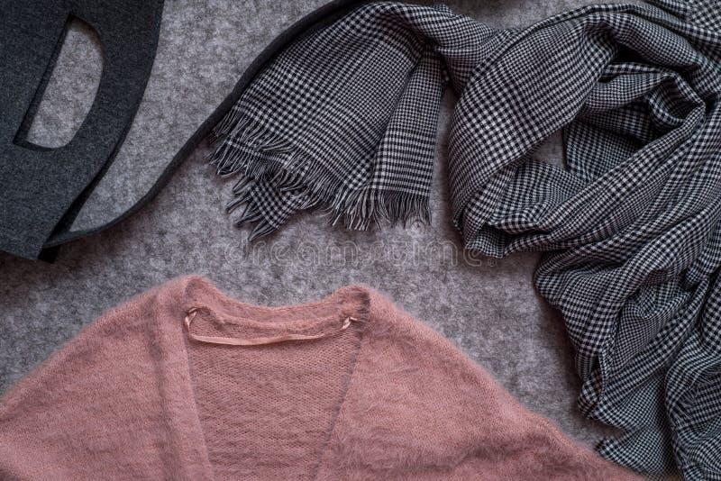 Vlak leg van de toebehoren van de vrouw en kleding, modetrend, uitstekende hipsterstijl, houten achtergrond, reiziger, de herfst royalty-vrije stock foto