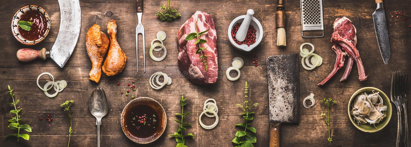 Vlak leg van diverse grill en bbq vlees: kippenbenen, lapjes vlees, lamsribben met uitstekend keukengereikeukengerei stock fotografie