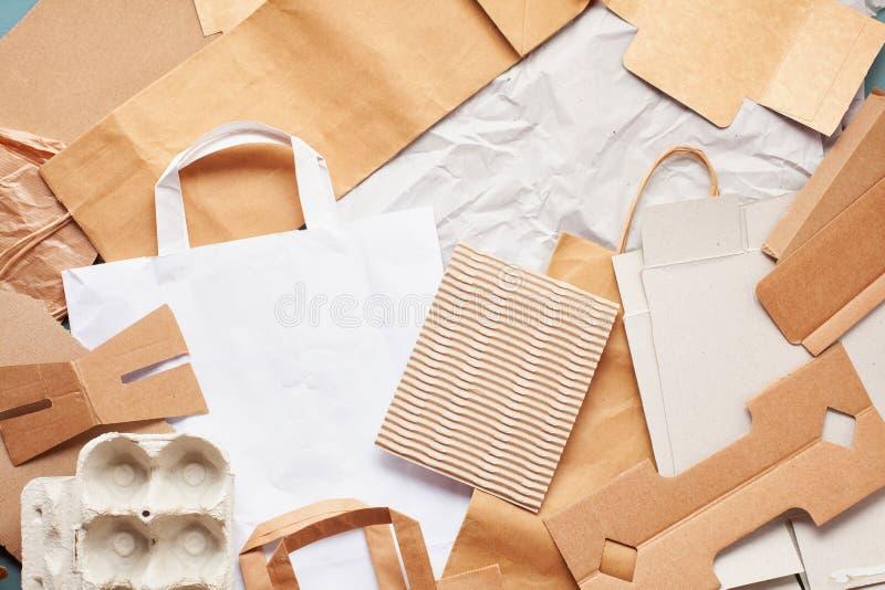 Vlak leg van document afval klaar voor recycling stock foto