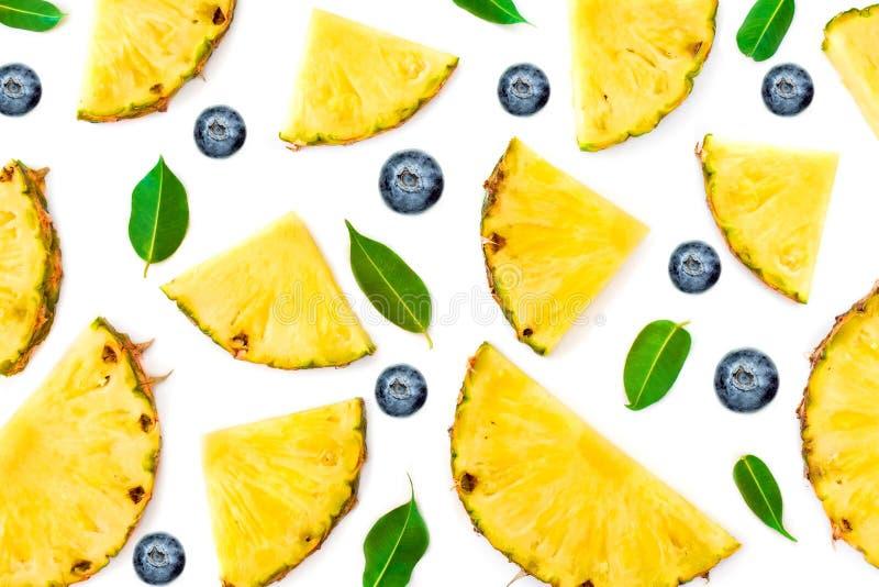 Vlak leg van Gesneden Ananas, groene die bladeren en bessen op witte achtergrond wordt geïsoleerd Fruit en bessenpatroon stock fotografie