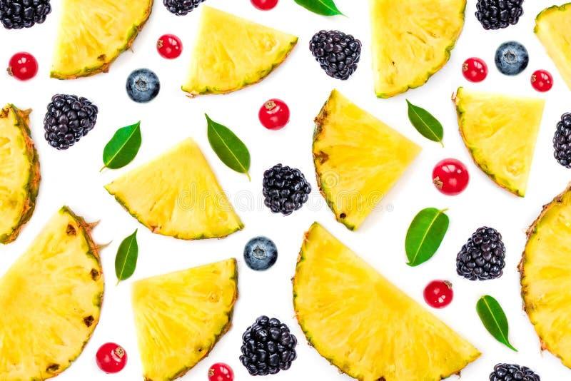 Vlak leg van Gesneden Ananas, groene die bladeren en bessen op witte achtergrond wordt ge?soleerd Fruit en bessenpatroon stock afbeelding