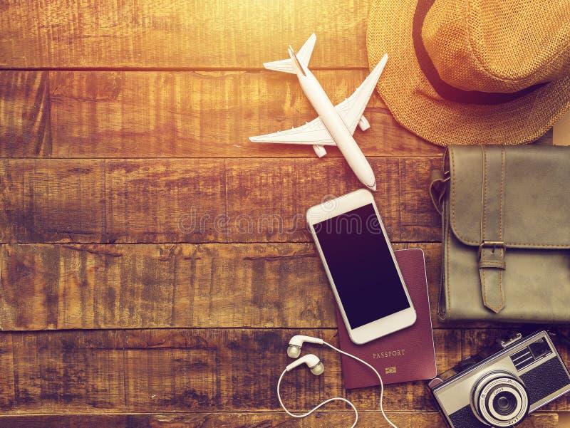 Vlak leg van paspoort, mobiel, vliegtuigmodel, camera, zak royalty-vrije stock afbeelding