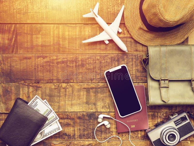 Vlak leg van paspoort, mobiel, vliegtuigmodel, camera, zak, portefeuille royalty-vrije stock afbeelding