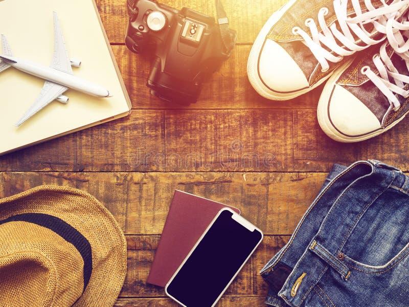 Vlak leg van paspoort, mobiel, vliegtuigmodel, tennisschoenen stock afbeelding