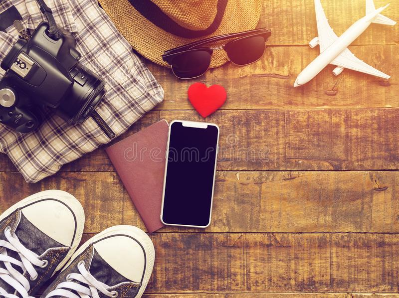 Vlak leg van paspoort, mobiel, vliegtuigmodel, tennisschoenen stock foto's