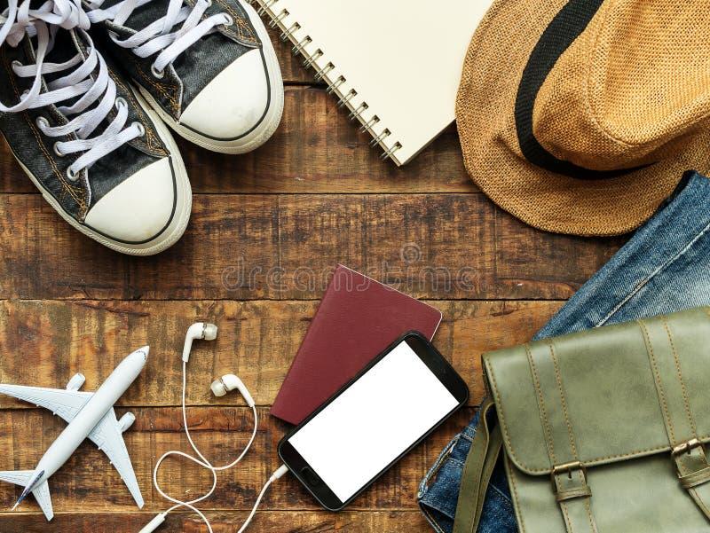 Vlak leg van paspoort, mobiel, vliegtuigmodel, tennisschoenen en reis stock afbeeldingen