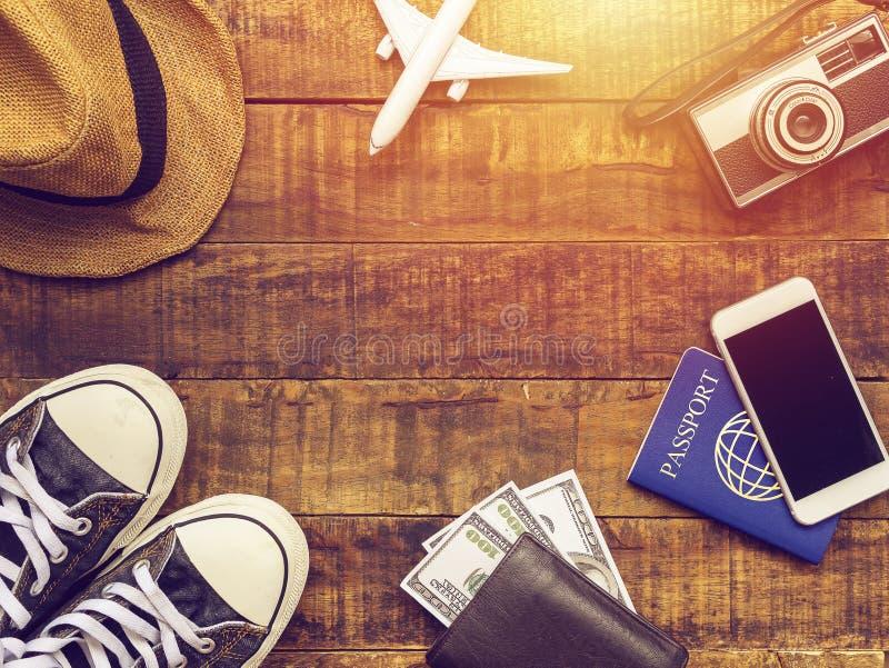 Vlak leg van paspoort, mobiel, vliegtuigmodel, tennisschoenen, portefeuille royalty-vrije stock afbeeldingen