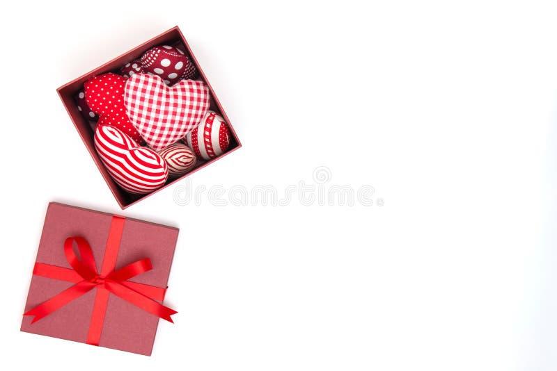 Vlak leg van rood hoofdkussenshart in giftdoos stock fotografie