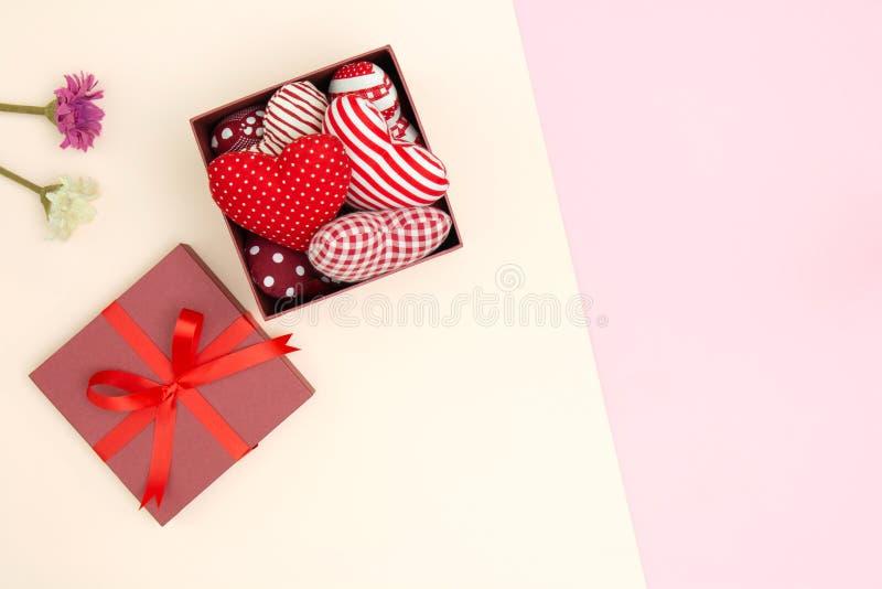 Vlak leg van rood hoofdkussenshart in giftdoos stock afbeeldingen