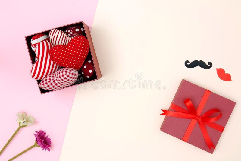 Vlak leg van rood hoofdkussenshart in giftdoos stock foto's