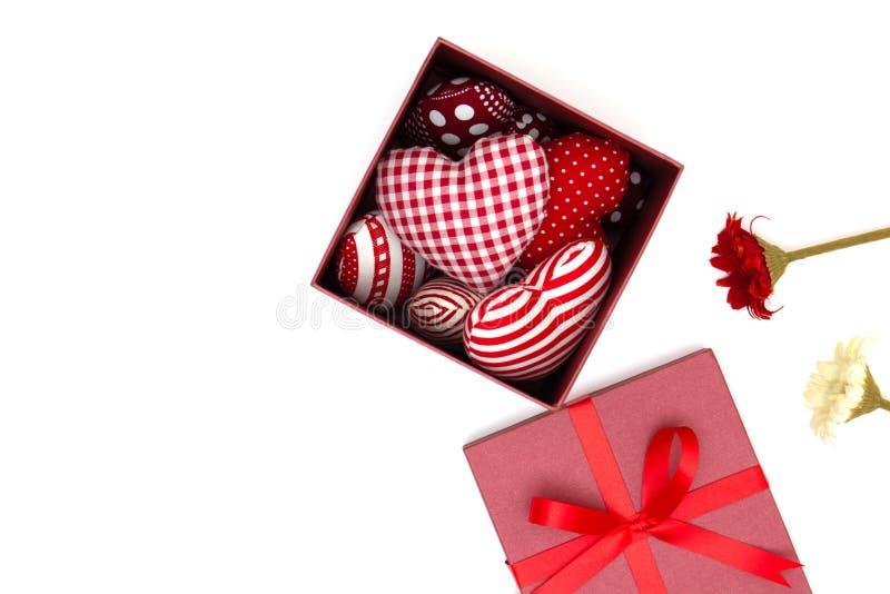 Vlak leg van rood hoofdkussenshart in giftdoos royalty-vrije stock foto