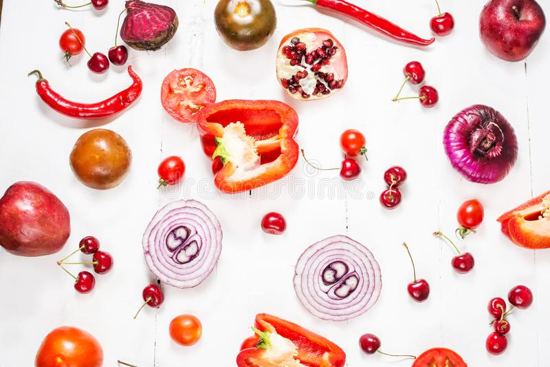 Vlak leg verse groenten, vruchten en bessen op witte houten achtergrond stock afbeeldingen