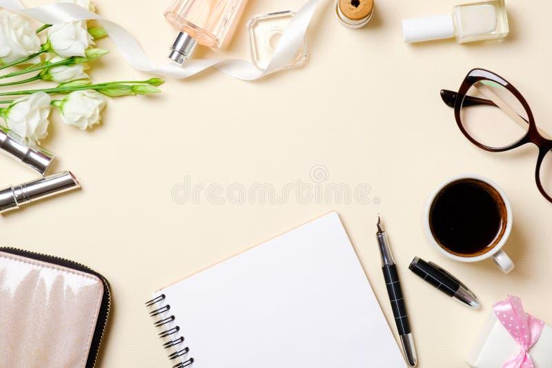 Vlak leg vrouwelijke toebehoren, parfumfles, witte rozenbloemen, koffiekop, glazen Hoogste gemaakt het bureaukader van de menings stock afbeelding