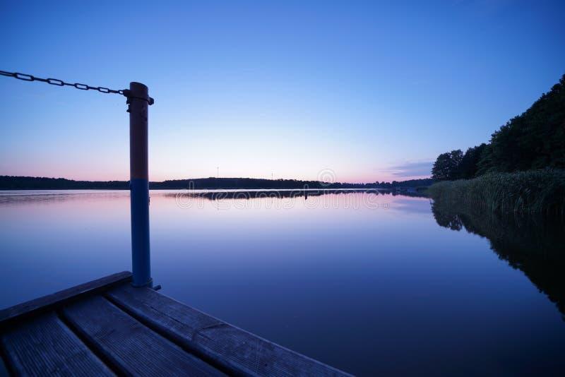 Vlak vóór zonsopgang bij het meer stock foto's