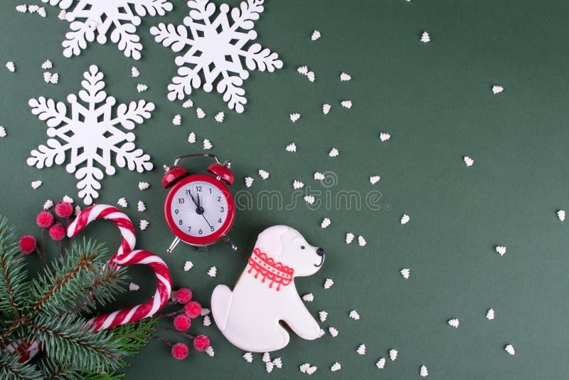 Vlakke Kerstmis of het nieuwe jaar legt koekjes in de vorm van een hond en sneeuwvlokken, sparren, suikergoedriet en rode klok stock foto's