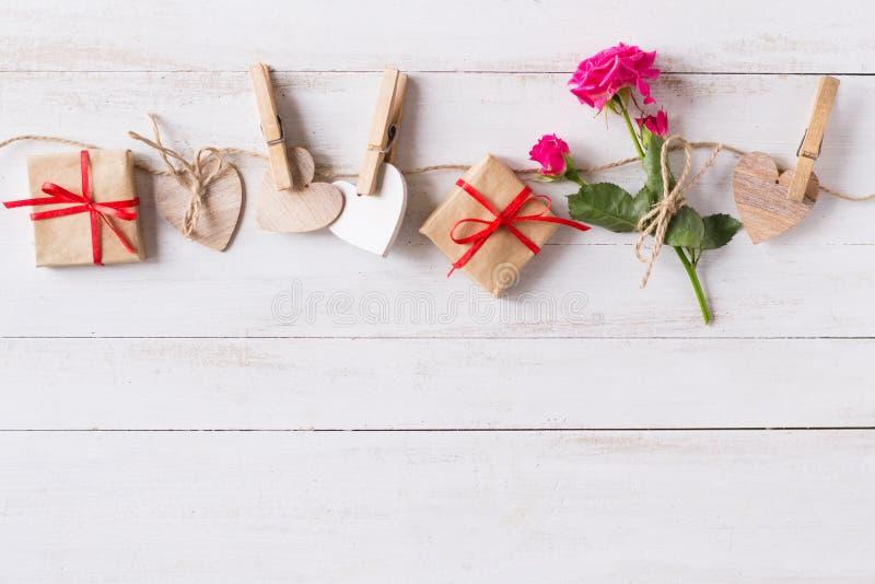Vlakke laag, Valentijnsdag achtergrond met touw, houten haren, roos, geschenken royalty-vrije stock afbeelding