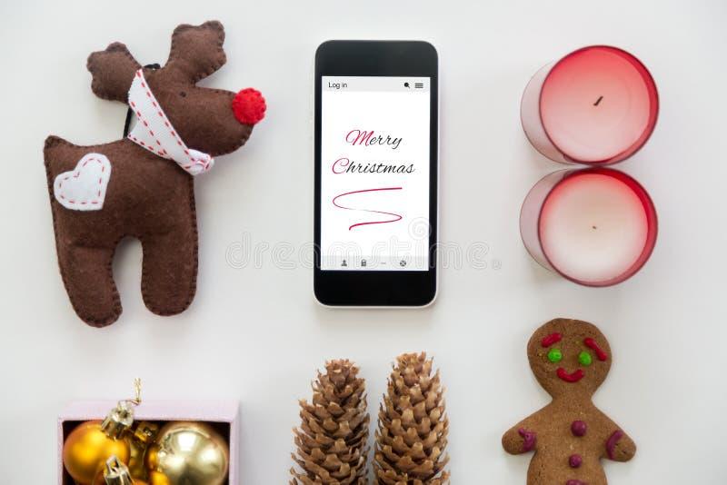 Vlakke mening van telefoon in het centrum van Kerstmisdecoratie stock afbeeldingen