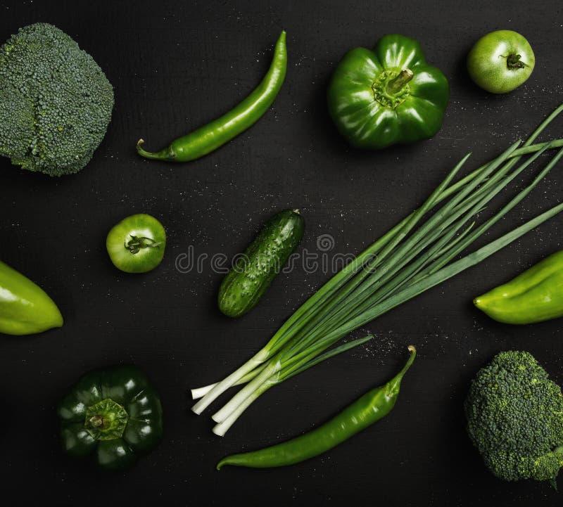 Vlakke reeks geassorteerde groene groenten Voedselconcept, gezond voedsel met vele vitaminen stock foto's
