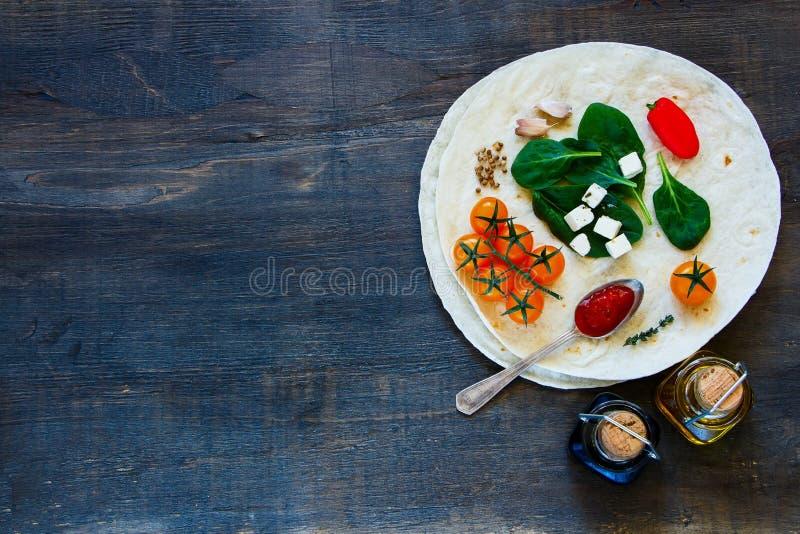 Vlakke tortilla's en groenten stock foto's