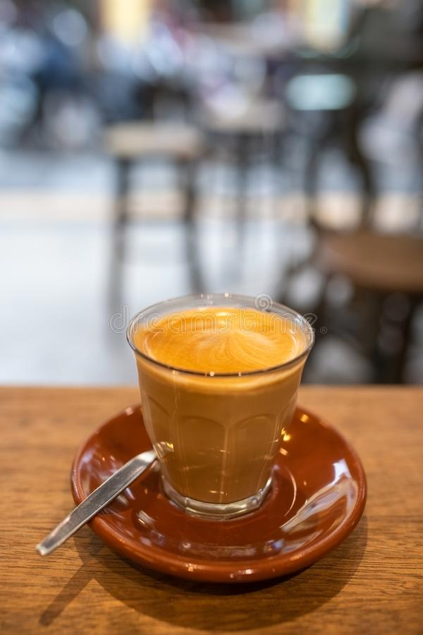 Vlakke witte koffie in koffie royalty-vrije stock afbeeldingen