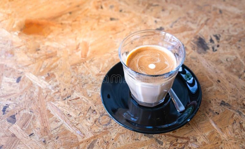 Vlakke witte koffie in koffie stock afbeeldingen