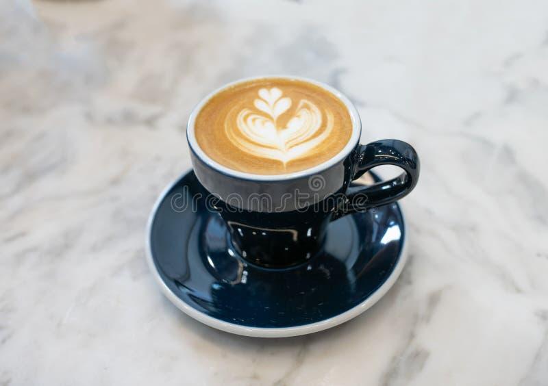 Vlakke witte koffie in koffie royalty-vrije stock fotografie
