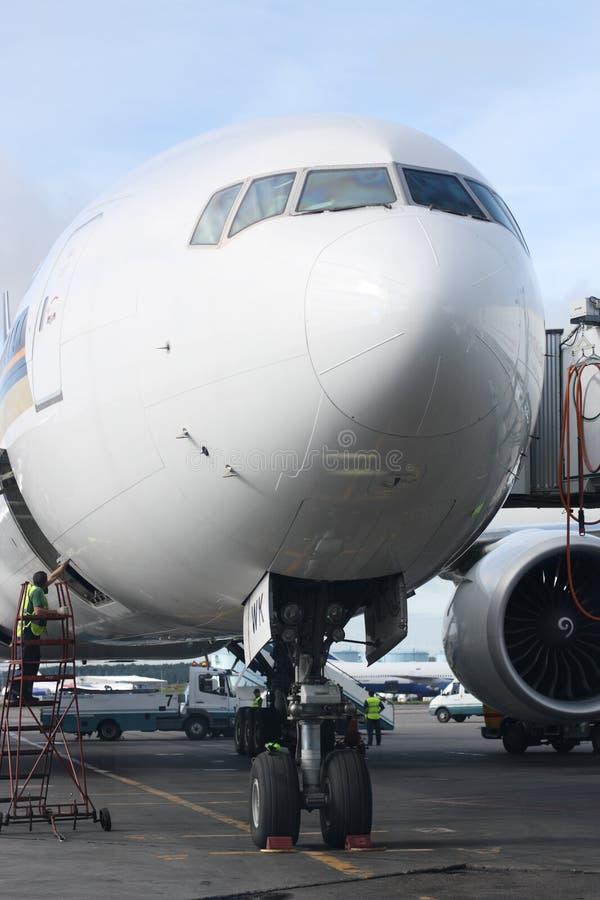 Vlakte bij een luchthaven stock afbeelding