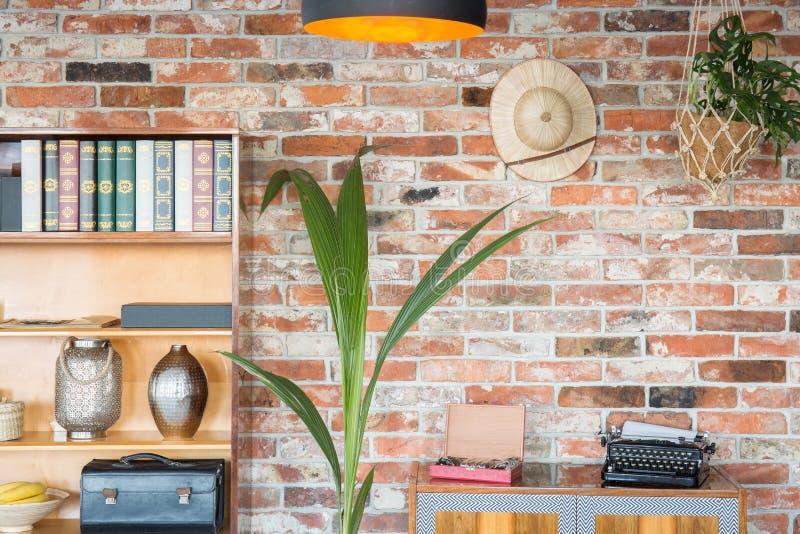 Vlakte met houten meubilair stock afbeelding