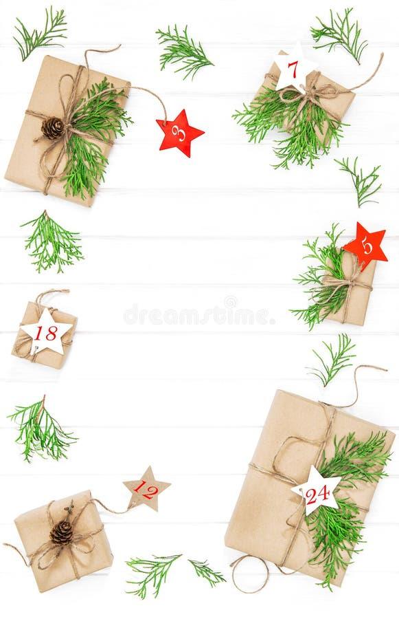 Vlakte van de Kerstmisdecoratie van komst lag de kalender Verpakte giften stock afbeeldingen