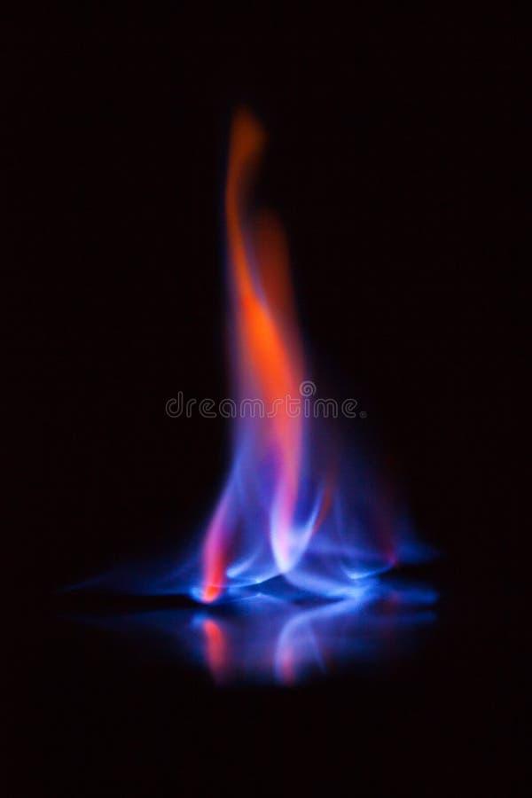 Vlam van het branden van alcohol op zwarte achtergrond De vlam van het gas Zwarte achtergrond De abstracte achtergrond van de de  royalty-vrije stock afbeeldingen