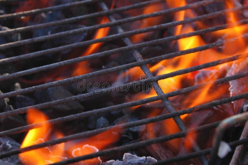 Vlammen in de grill stock afbeelding