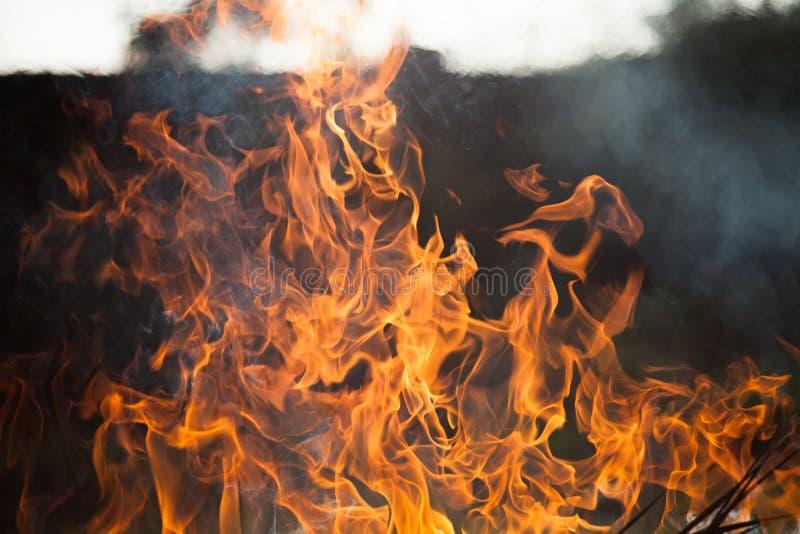 Vlammen van brand en rook royalty-vrije stock foto's