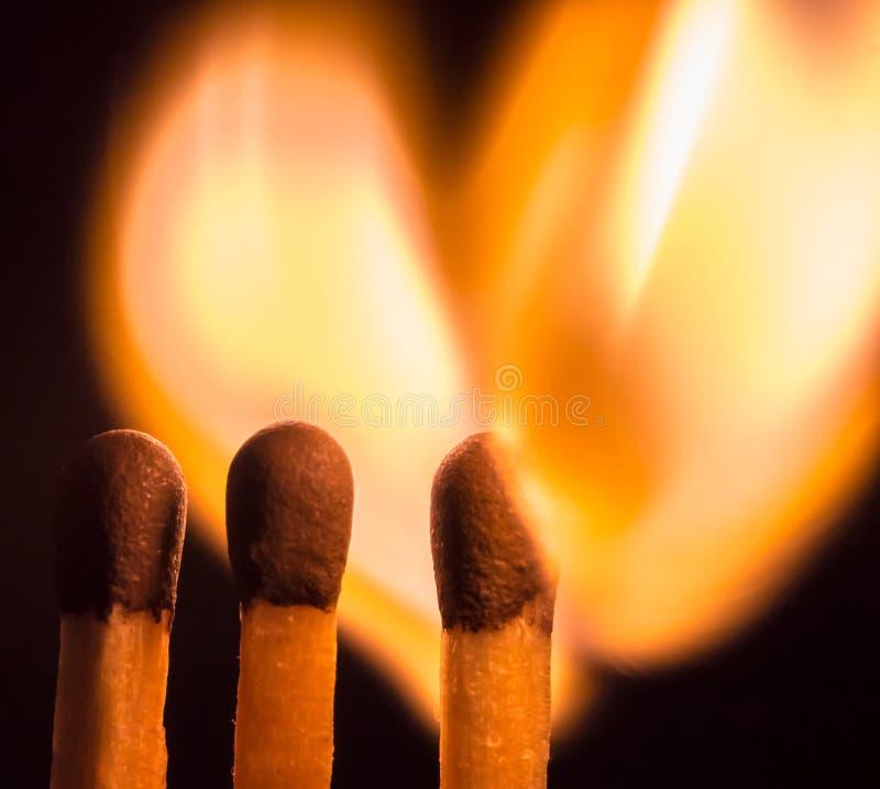 Vlammend matchstick hart stock foto's