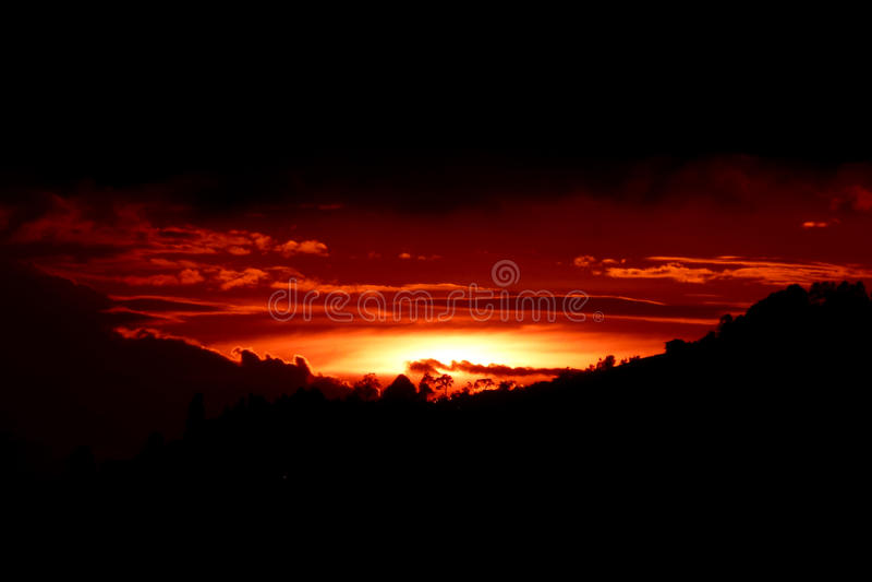 Vlammende zonsondergang stock afbeeldingen