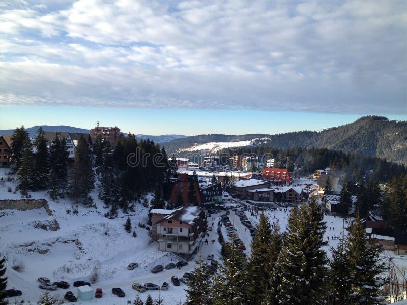 Vlasic-Berg mit den Autos und Hotels, bedeckt im Schnee lizenzfreies stockfoto