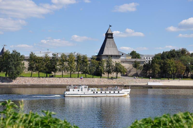 Vlasyev塔的图,其中一个普斯克夫克里姆林宫的生存防御塔从伟大的河的, 图库摄影